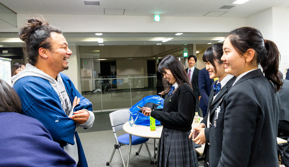 The students showed off their enthusiasm even after the event, talking animatedly with Mr. Morishita and swapping SNS account details with other group members in order to exchange information.